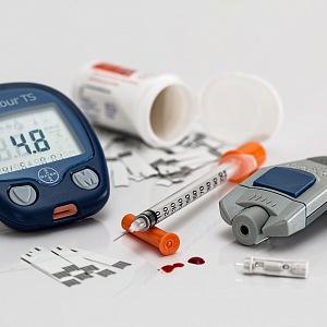 Diabetici potřebovali až dosud k životu mnoho přístrojů na měření cukru a inzulinu.