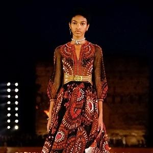 Luxusní šaty plné exotiky