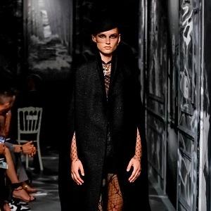 Haute couture AW 2019/2020 dominuje černá