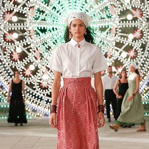 Žena v červené sukni a bílém topu Dior