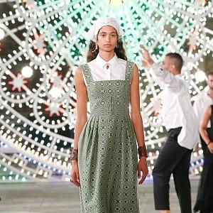 Žena v zelených šatech Dior