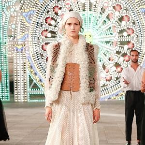 Žena v nude modelu Dior