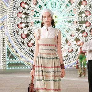 Žena v pruhovaných šatech Dior