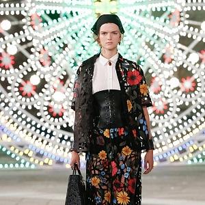 Žena v květovaných šatech Dior
