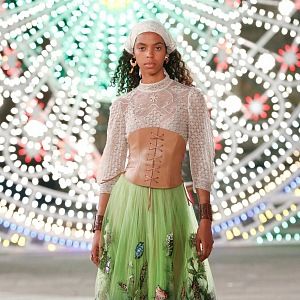 Žena v barevném modelu Dior