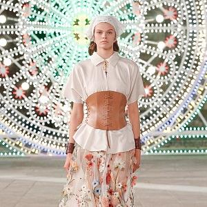 Žena v květované sukni a bílém topu Dior