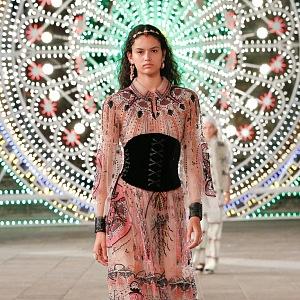 Žena v hedvábných šatech Dior