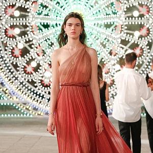 Žena v hedvábných červených šatech Dior