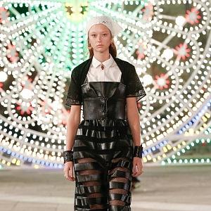 Žena v černém modelu Dior
