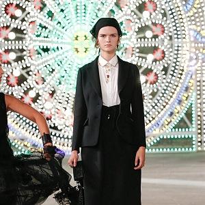 Žena v černém kostýmku Dior