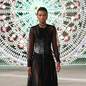 Žena v černých šatech Dior