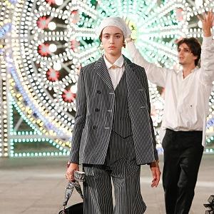 Žena v pruhovaném kostýmku Dior