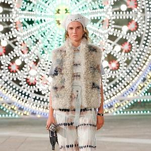 Žena v batikovaném modelu Dior