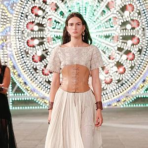 Žena v bílých šatech Dior