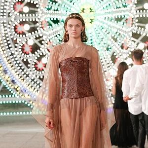 Žena v nude šatech Dior