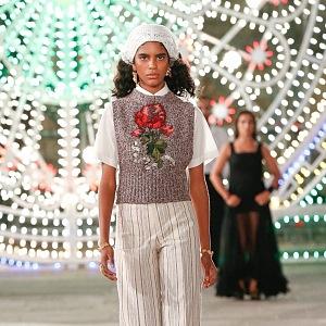 Žena v pruhovaných kalhotách a topu Dior