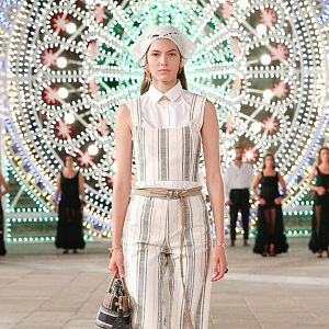 Žena v pruhovaném modelu Dior