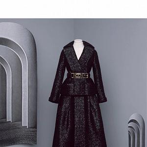 Tmavý kostým z kolekce Dior Fall 2020 Haute Couture