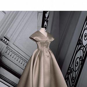 Krémové šaty z kolekce Dior Fall 2020 Haute Couture