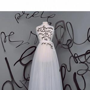 Bilé šaty z kolekce Dior Fall 2020 Haute Couture