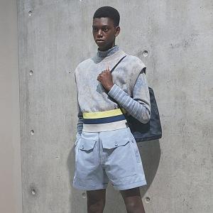 Muž v šortkách a vestě Dior
