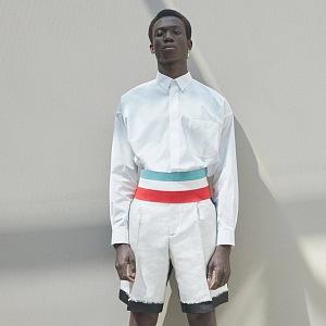 Muž v šortkách a košili Dior