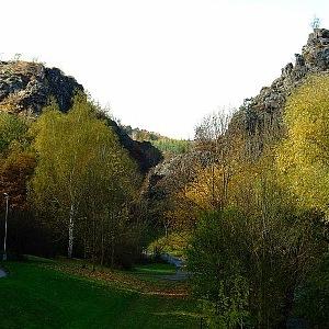 Vysoké skály v Šárecké údolí
