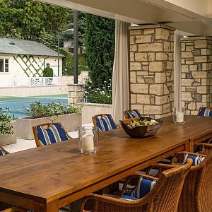 Dlouhý dřevěný jídelní stůl se židlemi