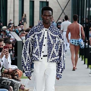 Muž v bomberu a bílých kalhotách Dolce & Gabbana