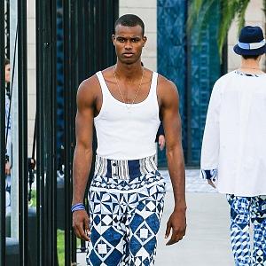 Muž v bílém tílku a modrých kalhotách Dolce & Gabbana