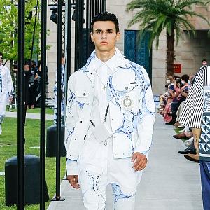 Muž v modro-bílém obleku Dolce & Gabbana