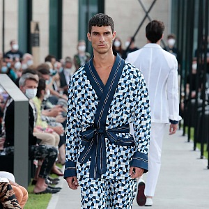 Muž v modrém outfitu Dolce & Gabbana