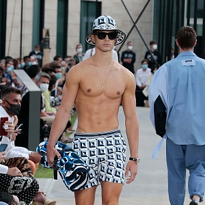 Muž v modrých plavkách Dolce & Gabbana