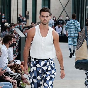 Muž v modro-bílém outfitu Dolce & Gabbana Spring Summer 2021