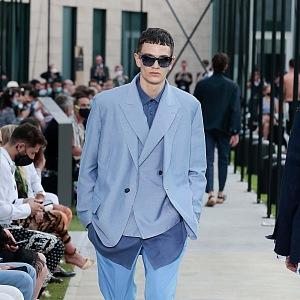 Muž v modrém obleku Dolce & Gabbana