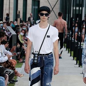 Muž v džínách a bílém topu Dolce & Gabbana