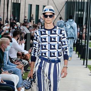 Muž v modrém outfitu Dolce & Gabbana Spring Summer 2021