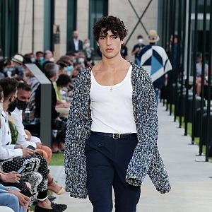 Muž v bílém topu a svetru Dolce & Gabbana