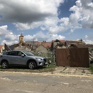 Pohled na domy bez střech.