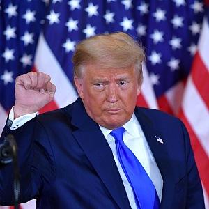 Donald Trump v modrém obleku