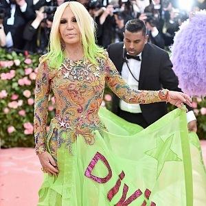 Donatella Versace - šaty Versace