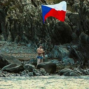 Po šestnácti hodinách plavání zapíchl Jaroslav hrdě českou vlajku na skotském pobřeží.