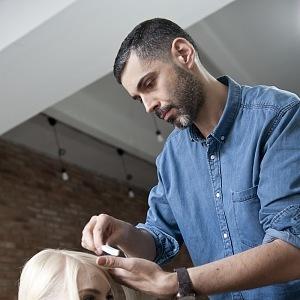 Libor Šula ve svém kadeřnictví