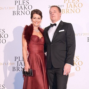 Jana Doleželová - šaty Petra Pilařová, kabelka de la gray