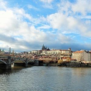 Pohled z Alšova nábřeží na Pražský hrad