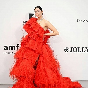 Dua Lipa - šaty Valentino Haute Couture