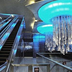 V Dubaji je ve stanici dokonce český lustr od Lasvitu.