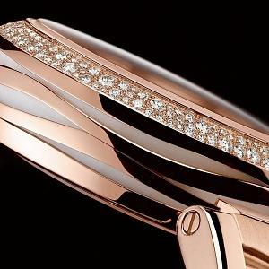 Plášť hodinek je osázený diamanty