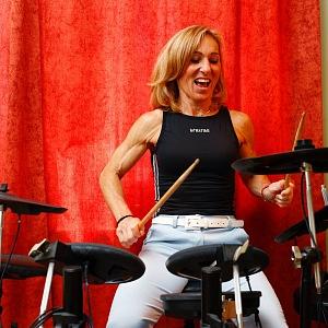 Hana hraje na kytaru i na bicí.