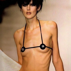 Zpátky do minulosti s plavkami Chanel.
